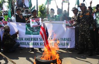 Aksi bakar bendera Amerika Serikat oleh massa dari berbagai elemen yang menggelar aksi solidaritas untuk Palestina di depan Kedubes Amerika Serikat, Jakarta, Jumat, (8/12). Dalam aksinya mereka mengecam pengakuan Yerusalem sebagai ibu Kota Israel oleh AS. AKTUAL/Warnoto