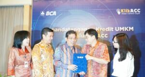 BCA Salurkan Kredit UMKM Melalui KlikACC - Executive Vice President Bisnis Komersial & SME BCA Liston Nainggolan (tengah) dan Direktur Utama PT Aman Cermat Cepat (KlikACC) Rusli Hidayat (kedua kanan), didampingi Kepala BCA Kantor Wilayah XII Freddy Suliman (kedua kiri), Kepala BCA KCU Suryopranoto Lilis Meilinayanti (kiri), dan Wakil Direktur Utama KlikACC Bong Elysabet (kanan) berbincang usai Penandatanganan Kredit Usaha Mikro, Kecil, dan Menengah (UMKM) Melalui KlikACC di Jakarta, Senin (15/1). Melalui kerja sama ini, BCA menunjuk KlikACC sebagai penyalur (chanelling agent) atas pemberian pembiayaan kepada Debitur dengan jumlah maksimum kerja sama saat ini yang diberikan kepada Debitur sebesar Rp25 Miliar rupiah.