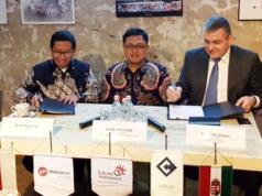 CEO Metranet Widi Nugroho (kiri) bersama CEO Cellum Jànos Kóka (kanan) disaksikan oleh SVP Media & Digital Business Telkom Joddy Hernady saat penandatanganan perjanjian bersyarat Telkom Indonesia dengan Cellum Global Zrt. di Budapest, Hungaria, Selasa (30/1).