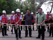 Deputi Bidang Usaha Energi,Logistik, Kawasan dan Pariwisata Kementerian BUMN, Edwin Hidayat Abdullah (baju batik) bersama Direktur Utama Semen Gresik Mukhamad Saifudin didampingi Direktur Utama Semen Indonesia Hendi Prio Santoso meresmikan taman bukit daun.