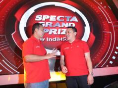 Executive Vice President Telkom Regional 2 Jakarta Teuku Muda Nanta (kiri) dan Vice President Marketing Management Telkom Jemy Confido (kanan) usai pengundian Grand Prize Program IndiHome pada acara 'Grand Prize Zpecta' yang berlangsung di Jakarta.