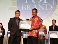 AVP Marketing Communication Telkom Mustakim Wahyudi bersama Managing Director Marketing Group Adyo Bawono saat menerima penghargaan TOP Brand Award untuk kategori Internet Service Provider Fixed Terbaik di Jakarta.