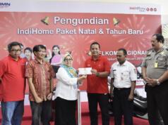 Executive Telkom Regional II Teuku Muda Nanta (ketiga dari kanan) bersama Perwakilan Kementrian Sosial Ira Dewi Susanti (ketiga dari kiri) saat acara pengundian Indihome Paket Natal & Tahun Baru di Regional II Jakarta (7/2). Turut hadir perwakilan pelanggan, notaris, serta perwakilan kepolisian setempat.