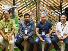 """Conwood Indonesia dengan mengusung tema """"Inspiring Home"""", menghadirkan booth yang asri dilengkapi dengan berbagai aplikasi produk Conwood mulai dari lantai, dinding, sampai atap. (Ki-Ka: Deden Sarjana GM Sales PT Conwood, Rizki Kresno Presdir PT Conwood Indonesia)"""