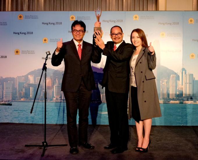 VP Enterprise Parenting Operation Telkom Bagyo Nugroho (tengah) dan EVP Divisi Enterprise Service Telkom Judi Achmadi (kiri) serta Korean Network EBS Host Lisa Kelley (kanan) usai Telkom menerima penghargaan tertinggi Grand Stevie Awards for Organization of the Year 2018 di Hong Kong (1/6).