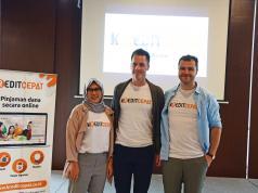 Direktur Utama PT Alfa Finance Indonesia, Adinda Artemessia, Co Founder Alfa Fintech SIA, Ingars Zagorkis dan Janis Rubins, perwakilan Alfa Fintech SIA menerangkan terkait kreditcepat sebagai solusi pembiayaan berbasis teknologi (Fintech)