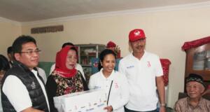 Menteri BUMN RI Rini M. Soemarno (ketiga dari kiri) dan Direktur Utama Telkom Alex J. Sinaga (paling kiri) didampingi oleh Direktur Wholesale and International Service Telkom Abdus Somad Arief (kedua dari kanan) menyerahkan simbolis bantuan Program Pembangunan Rumah Karyawan BUMN dan Masyarakat di Petojo Selatan, Jakarta (18/8). Pemberian bantuan Pemenuhan Kebutuhan Dasar (PKD) merupakan bagian dari Program BUMN Hadir untuk Negeri 2018 (BHUN 2018) di wilayah DKI Jakarta.
