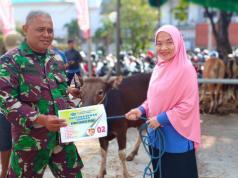 Manager Corporate Affairs JICT (Indira Lestari) menyerahkan sapi kurban kepada perwakilan Kodim Jakarta Utara