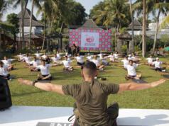 "Athletic Trainer Muhammad Desfian pada saat melakukan Strength Training bersama 75 pelari dari berbagai komunitas di Yogyakarta dan sekitarnya dalam acara ""Road to Semen Indonesia Trail Run"" di Hyatt Hotel Yogyakarta, Minggu (23/9)."