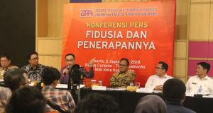 Ketua Asosiasi Pengusaha Pembiayaan Indonesia (APPI), Suwandi Wiratno menerangkan secara rinci fungsi fidusia dalam pembiayaan kredit kendaraan bermotor dalam agenda jumpa pers di Jakarta, Rabu (5/9). AKTUAL/WARNOTO