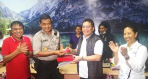 Direktur Utama Telkom Alex J. Sinaga (kedua dari kanan) secara simbolis memberikan bantuan TelkomGroup 1000 simcard simPati kepada Kabid TI Polda Sulteng AKBP M. Haritsuddin (kedua dari kiri) yang disaksikan oleh Menteri BUMN RI Rini M Soemarno (paling kanan) dan Direktur Network Telkomsel Bob Apriawan (paling kiri) di Integrated Operation Center (IOC) Kantor Wilayah Telkom Palu, Sulawesi Tengah, (3/10). Bantuan simcard simPati dari TelkomGroup ditujukan untuk membantu Polda dan relawan dalam berkomunikasi di wilayah terdampak gempa di Sulawesi Tengah.