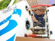 """Direktur Utama PT Perusahaan Gas Negara Tbk (""""PGN"""") Gigih Prakoso mengecek prototype Gaslink salah satu produk layanan perusahaan. Saat ini pelanggan PGN mencapai 199.454."""