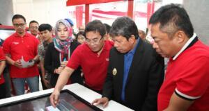 Direktur Utama Telkom Alex J. Sinaga (ketiga dari kanan) memperagakan demo digital table kepada Wakil Walikota Pematangsiantar Togar Sitorus (kedua dari kanan) didampingi Direktur Utama Telkomsel Ririek Adriyansyah di Grapari TelkomGroup Balei Merah Putih Pematangsiantar, Jumat 23 November 2018.