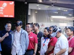 Presiden Republik Indonesia Joko Widodo (kedua dari kiri) dan Sekretaris Kabinet Indonesia Pramono Anung (kedua dari kanan) saat mencoba produk dari startup Jasa Virtual Reality dan Augmented Reality SmartEye didampingi oleh Menteri BUMN Rini M. Soemarno (keempat dari kanan), Kepala BEKRAF Triawan Munaf (paling kiri), Menteri Pariwisata Arief Yahya (keempat dari kiri), Direktur Utama Telkom Alex J. Sinaga (ketiga dari kiri) dan Direktur Digital & Strategic Portfolio Telkom David Bangun (ketiga dari kanan) di Jakarta Digital Valley dalam kawasan perkantoran TelkomGroup, The Telkom Hub Jakarta, Kamis (1/11).