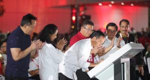 Presiden Republik Indonesia Joko Widodo (tengah) meresmikan kawasan perkantoran TelkomGroup, The Telkom Hub, didampingi Menteri BUMN Rini M. Soemarno (kedua dari kiri), Sekretaris Kabinet Indonesia Pramono Anung (kedua dari kanan), Kepala BEKRAF Triawan Munaf (paling kiri), Menteri Pariwisata Arief Yahya (paling kanan) dan Direktur Utama Telkom Alex J. Sinaga (ketiga dari kanan) di Jakarta, Kamis (1/11).