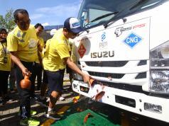 Direktur Komersial PT Perusahaan Gas Negara Tbk (PGN) Danny Praditya didampingi Komisaris Utama PT Gagas Energi Indonesia Wahyudi Anas saat melakukan pemecahan kendi dalam peluncuran 32 unit Gaslink Truck, Jumat (16/11/2018). PGN Group melalui PT Gagas Energi Indonesia hari ini meluncurkan 32 unit Gaslink Truck yang menggunakan bahan bakar gas bumi. Peluncuran Gaslink Truck ini merupakan wujud keseriusan PGN Group untuk melayani pelanggan-pelanggan di luar jaringan pipa gas bumi. (Foto: Dok PGN)
