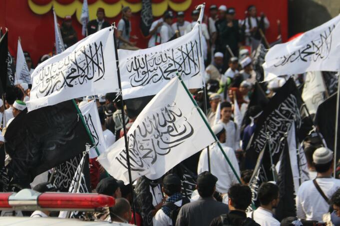 Ribuan umat Islam dari berbagai daerah mengikuti gelaran 'Aksi Bela Tauhid 211' di bundaran Patung Arjuna Wijaya, yang terletak di persimpangan Jalan MH Thamrin dan Jalan Medan Merdeka, Jakarta Pusat, Jum'at (2/11). AKTUAL/WARNOTO