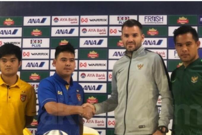 Pelatih Timnas Indonesia, Simon McMenemy berjabat tangan dengan Pelatih Timnas Myanmar