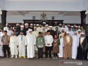 Menteri Agama Lukman Hakim Saifuddin didampingi Bupati Pekalongan Asip Kholbihi (baju batik di tengah) berfoto bersama dengan para ulama sufi di Pekalongan