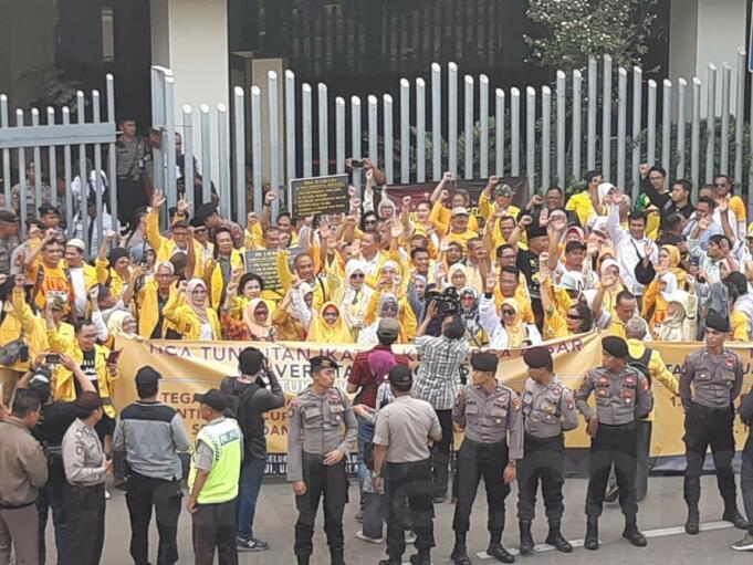 Alumni UI aksi di depan Gedung Bawaslu