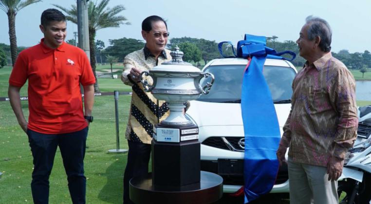Presiden Direktur BCA Jahja Setiaatmadja (tengah) bersama Presiden Direktur Royale Jakarta Golf Club Hendro Sutandi (kanan) dan Founder NusantaRun Christoper Tobing (kiri) berbincang usai pelaksanaan Press Conference Royale Open Tournament 2019 di Jakarta, Senin (14/10).
