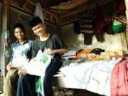 Dua orang santri Pondok Pesantren Al Rahman NW, di Gunungsari, Kabupaten Lombok Barat, NTB, menerima bantuan beras dari ACT, Kamis (21/11/2019). (FOTO ANTARA/HO-ACT NTB)