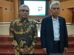 Guru besar Institut Pemerintahan Dalam Negeri (IPDN) Prof Sadu Wasistiono dan guru besar Universitas Terbuka Prof Dr Hanif Nurcholis di Kampus Universitas Terbuka, Tangerang Selatan, Rabu (18/12). (Indriani)
