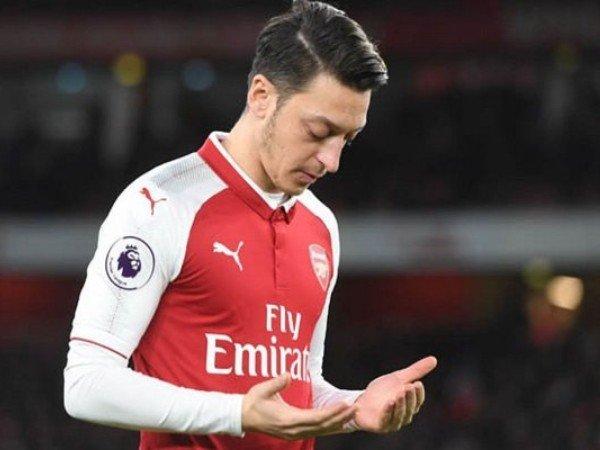 Mesut Ozil sedang berdoa