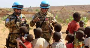Pasukan Garuda menghibur anak-anak di Darfur, Sudan Selatan. ©handout/Puspen TNI