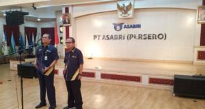 Direktur Utama PT Asabri, Sonny Widjaja (kiri), saat konferensi pers di Jakarta, Kamis (16/1/2020). (Foto: iNews.id/Kymau)