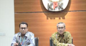 Wakil Ketua KPK Alexander Marwata (kanan) dan Plt. Juru Bicara KPK Ali Fikri saat jumpa pers terkait penetapan Bupati Sidoarjo Saiful Ilah bersama lima orang lainnya sebagai tersangka di gedung KPK, Jakarta, Rabu (8/1/2020).