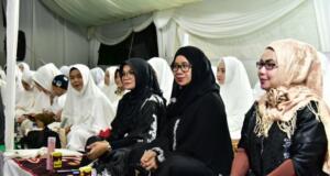 "Ketua PKK Sulawesi Selatan sekaligus keluarga pahlawan Pangeran Diponegoro Lies F Nurdin (tiga kanan) saat ""haul"" di Makassar, Jumat (10/1/2020). FOTO ANTARA/HO-Humas Pemprov Sulsel)"
