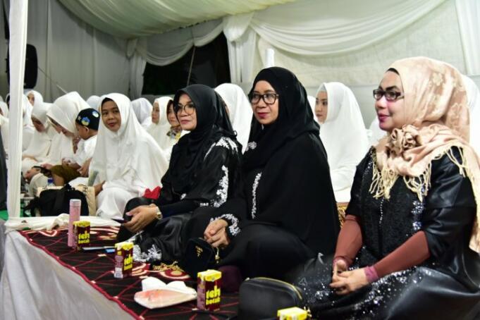 Ketua PKK Sulawesi Selatan sekaligus keluarga pahlawan Pangeran Diponegoro Lies F Nurdin (tiga kanan) saat