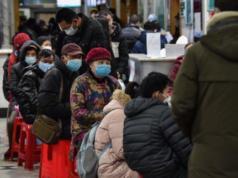 Warga mengantre di sebuah rumah sakit di Kota Wuhan, China.