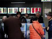 nvestor melihat layar komputer yang menampilkan informasi saham di sebuah rumah pialang di Shanghai, China 16 Januari 2020. REUTERS / Aly Song