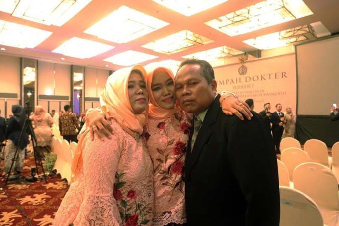 Nila Munaya bersama kedua orang tuanya, Sofwan Moh Ishom dan Nur Aeni, usai menjalani sumpah dokter setelah menyelesaikan pendidikan Profesi Dokter di Universitas Muhammadiyah Purwokerto, Kabupaten Banyumas, Jawa Tengah, Senin (13/1/2020) ANTARA/HO-UMP