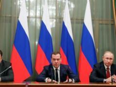 erdana Menteri Rusia Dmitry Medvedev (tengah) mengumumkan pengunduran dirinya. Foto/REUTERS