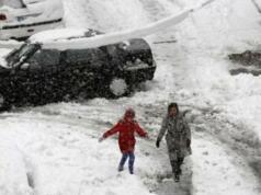 Salju turun di Arab Saudi, pengendara mobil terpaksa jalan kaki