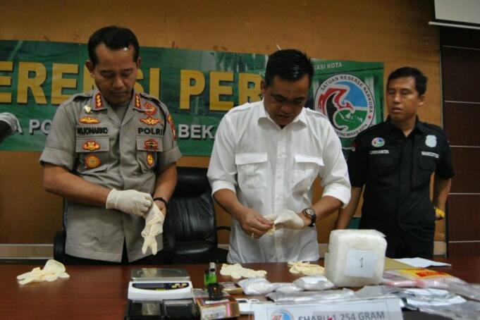 Petugas menunjukkan barang bukti dari tangan pelaku dalam keterangan pers di aula Polres Metro Bekasi Kota, Rabu (5/2/2020). (Foto: Pradita Kurniawan Syah).
