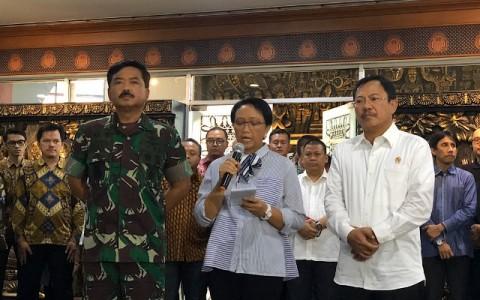 Menlu Retno didampingi Panglima TNI Marsekal Hadi Tjahjanto dan Menkes Terawan Agus Putranrto melepas tim evakuasi ke Wuhan/Theofilus Ifan S