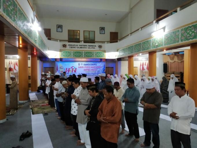 SHOLAT HAJAT-Puluhan wartawan yang tergabung dalam PWI Kalsel melaksanakan sholat hajat dan doa bersama demi kesuksesan HPN 2020 di Kalsel. (foto: ist/brt)