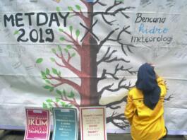 Mahasiswa Himpunan Mahasiswa Agrometeorologi IPB menuliskan pesan saat kampanye tentang bahaya bencana Hidrometeorologi di Taman Ekspresi, Kota Bogor, Jawa Barat, Minggu (24/3/2019). ANTARA/Arif Firmansyah/hp.