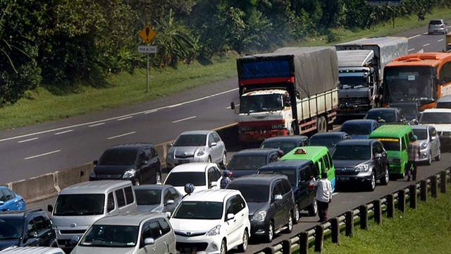 Arus Tol Cipularang, Jawa Barat dipadati ribuan kendaraan mobil pribadi datang dari arah Jakarta menuju Bandung.