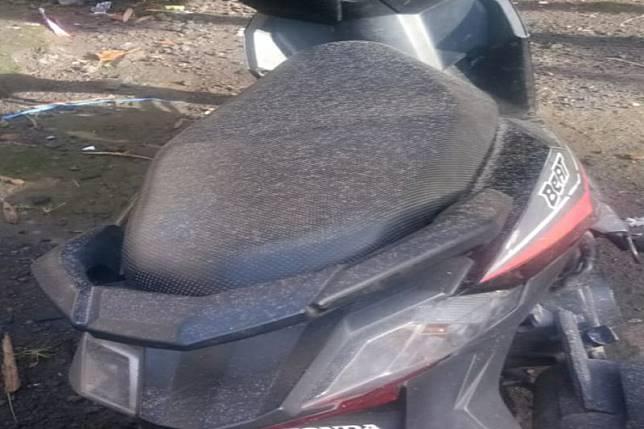 Salah satu sepeda motor warga di lereng Gunung Merapi Kabupaten Sleman yang terkena hujan abu tipis setelah erupsi Gunung Merapi pada Kamis pagi 13 Februari 2020. ANTARA/HO-BPBD Sleman