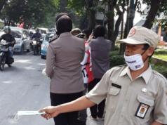 Petugas membagikan masker di salah satu jalan raya di Boyolali. (istimewa)