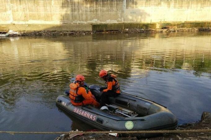Tim SAR gabungan menyusuri Kali Ciliwung menggunakan perahu karet mencari korban hanyut bocah laki-laki berusia sembilan tahun tepatnya di Kali Baru, Tebet, Jakarta Selatan/antara