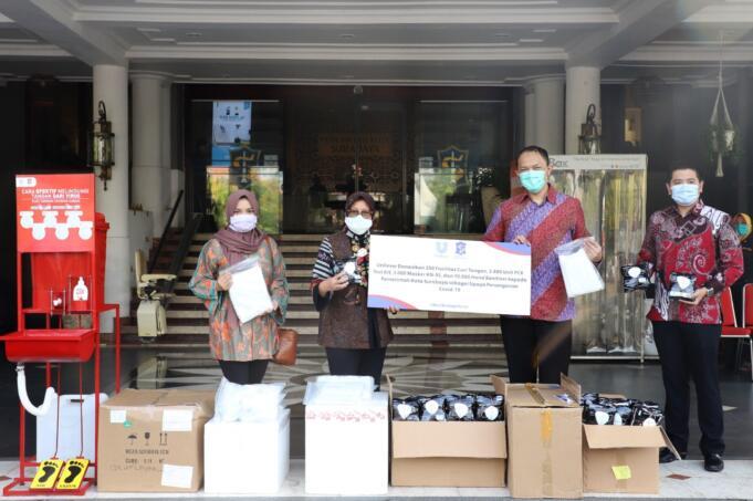 PT Unilever Indonesia Tbk. (Unilever) yang diwakili oleh Bapak Zulfakar Ali, Kepala Fasilitas Produksi Unilever Surabaya, diterima oleh Walikota Surabaya Ibu Tri Rismaharini untuk penyerahan bantuan kemanusiaan penanggulangan pandemi Covid-19 berupa lebih dari 15.000 unit barang bantuan yang terdiri atas perangkat tes PCR, masker spesifikasi KN95, hand sanitizer merek Lifebuoy, dan perangkat fasilitas cuci tangan. Bantuan ini merupakan bentuk komitmen berkelanjutan Unilever kepada seluruh pemangku kepentingan, khususnya masyarakat luas yang hingga saat ini masih berjuang bersama pemerintah menanggulagi pandemi Covid-19. Foto: ist