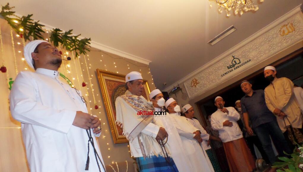 Khodim Zawiyah Arraudhah KH Muhammad Danial Nafis dan Murid dari Syekh Muhammad Yasin Bin Muhammad Isa Fadani RA yakni KH Ahmad Marwazie Al-Batawi Al-Makky, bersama seluruh jamaah yang hadir melakukan zikir bersama dalam Iftitah Majlis dan Haul ke-88 Al-Arif Billah Al-Quthb As-Sayyid As-Syarif Muhammad bin Shidiq bin Ahmad Al-Ghumari, Jl di Zawiyah Arraudhah, Tebet Barat VIII Jakarta Selatan, Selasa (25/5) malam. (FOTO: AKTUAL / WARNOTO)