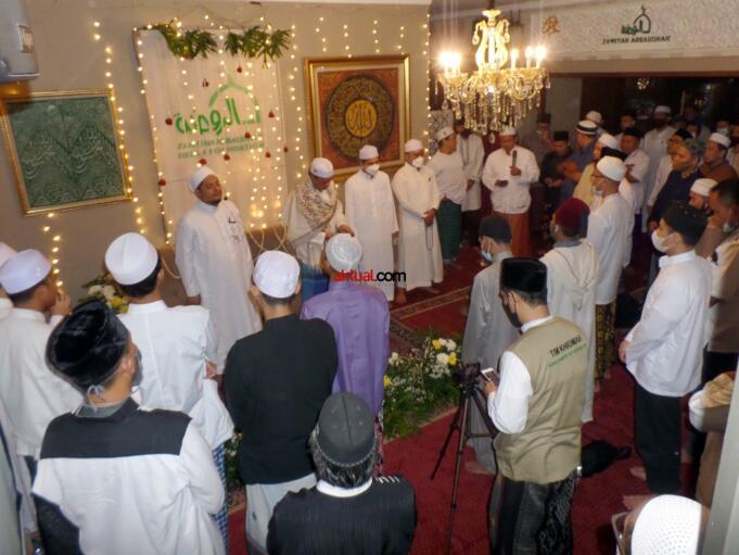 Majelis Thoriqoh Qodiriyah Syadziliyah yang bermarkaz di Zawiyah Arraudhah, Tebet Barat VIII Jakarta Selatan, kembali memperingati Haul ke-88 Al-Arif Billah Al-Quthb As-Sayyid As-Syarif Muhammad bin Shidiq bin Ahmad Al-Ghumari As-Syadzili Ad-Darqowi Al-Hasani RodhiyaAllahu Anhu pada Selasa (25/5) malam. Iftitah Majlis dan Haul ke-88 Al-Arif Billah Al-Quthb As-Sayyid As-Syarif Muhammad bin Shidiq bin Ahmad Al-Ghumari, diawali dengan pembacaan 7 kali Khataman Quran dan 7 kali Khataman Dala'il Khoirat yang dimulai sejak pagi hari oleh ikhwah Thoriqoh dan santri Raudhatul Ihsan. Puncak peringatan Haul dipimpin langsung oleh Khodim Zawiyah Arraudhah KH Muhammad Danial Nafis dan Murid dari Syekh Muhammad Yasin Bin Muhammad Isa Fadani RA yakni KH Ahmad Marwazie Al-Batawi Al-Makky, yang diikuti oleh sejumlah ikhwah Thoriqoh. (FOTO: AKTUAL / WARNOTO)