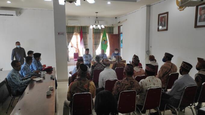 Pertemuan warga adat Lancang, Kelurahan Wae Kelambu, Kecamatan Komodo, Kabupaten Manggarai Barat (Mabar) bersama Bupati Manggarai Barat, Edistasius Endi (dok. Jef Dain).